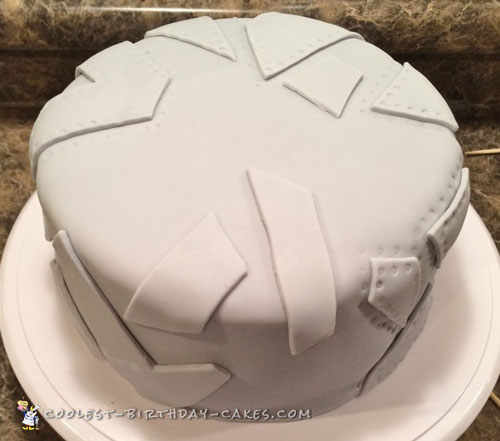 Add pieces of grey fondant and make rivet marks
